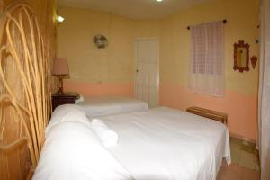 A bed or beds in a room at Hostal Lahera