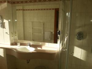 A bathroom at Hotel Rückert