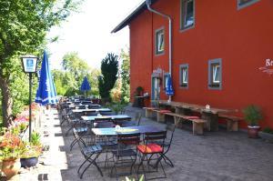 Ein Restaurant oder anderes Speiselokal in der Unterkunft Landgasthof zur Quelle