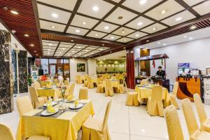 A restaurant or other place to eat at Sen Viet Hotel