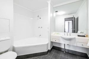 A bathroom at Quality Apartments Camperdown