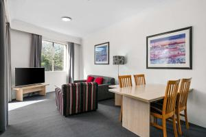 A seating area at Quality Apartments Camperdown