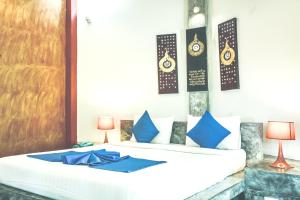 Кровать или кровати в номере Chaweng Bay View Resort