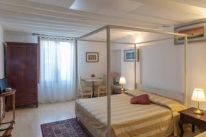 A bed or beds in a room at Dimora Al Doge Beato vista canale