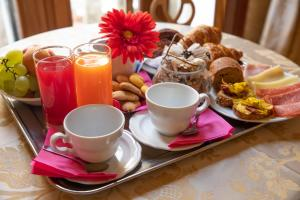 Breakfast options available to guests at Dimora Al Doge Beato vista canale