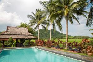 The swimming pool at or close to Sunset Valley Holiday Houses