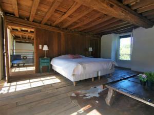 A bed or beds in a room at Domaine LVD avec SPA, bois et rivière privée