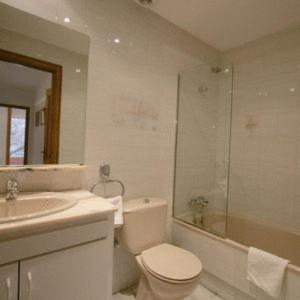 A bathroom at Girona Apartments