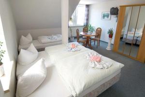 Ein Bett oder Betten in einem Zimmer der Unterkunft Gasthaus & Pension St.Peter