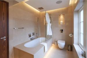 A bathroom at One Warwick Park Hotel