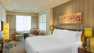 سرير أو أسرّة في غرفة في فور بوينتس شيراتون بر دبي