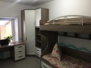 "Двухъярусная кровать или двухъярусные кровати в номере 2-х комнатные апартаменты ""Белла"""