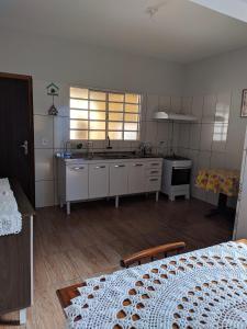 A kitchen or kitchenette at Casa para temporada Bonito MS