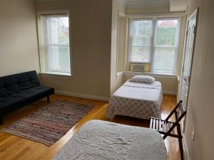A bed or beds in a room at Bloomingdale Beauty near Union Station