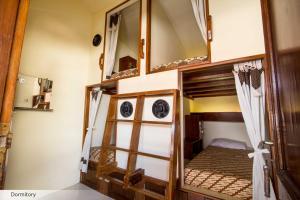 Двухъярусная кровать или двухъярусные кровати в номере Duta Guest House