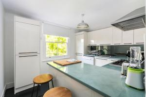 A kitchen or kitchenette at NEW Amazing 1 Bedroom Flat in Trendy Highbury