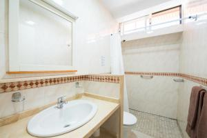 A bathroom at Bungalows Artemisa Gay Men Only