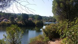 Vista de un lago cerca de este chalet de montaña