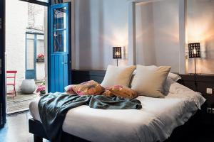 Een bed of bedden in een kamer bij Ganda Rooms & Suites