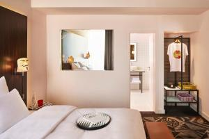 Ein Bett oder Betten in einem Zimmer der Unterkunft Mama Shelter Prague