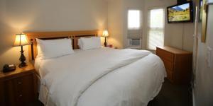 Кровать или кровати в номере Times Square Suites