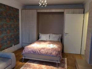 Un pat sau paturi într-o cameră la Flori de Iulie Apartamente