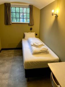 Een bed of bedden in een kamer bij Hotel Oostereiland