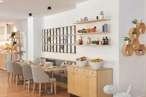 A restaurant or other place to eat at Innside by Melia Palma Center
