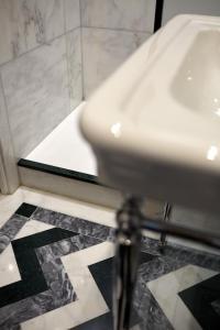 A bathroom at Hôtel Saint Germain