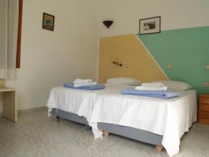 Ένα ή περισσότερα κρεβάτια σε δωμάτιο στο Pegasus Studios and Apartments