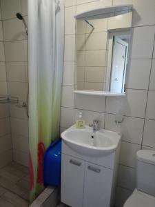 Ванная комната в Частный сектор в Витязево Aquarelle номера с кухнями и номера стандарт 800 м до пляжа