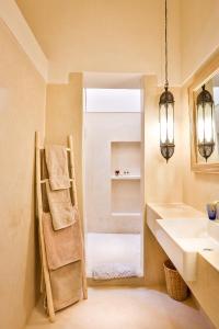 Ein Badezimmer in der Unterkunft Hotel & Spa Dar Baraka & Karam