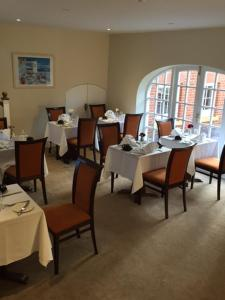 A restaurant or other place to eat at The West Wing at Everleigh Manor