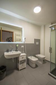 A bathroom at QAL'AT Apart Hotel