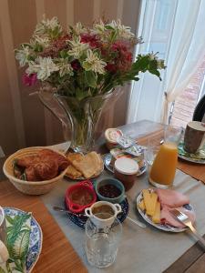 Options de petit-déjeuner proposées aux clients de l'établissement Au Nid de la Madeleine