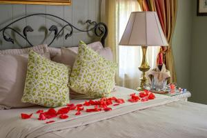 A bed or beds in a room at The Stockade Bed and Breakfast