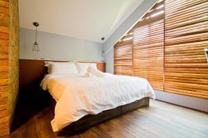 Ein Bett oder Betten in einem Zimmer der Unterkunft JonkeRED Heritage Hotel