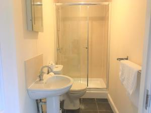 A bathroom at Poplars 1 - One bed apartment on private estate