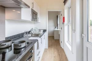 A kitchen or kitchenette at Rowan 1 - Standard Plus One Bed Apartment On Private Estate