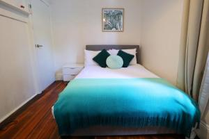 A bed or beds in a room at Top Location! Walk to Darling Harbour, ICC & Casino