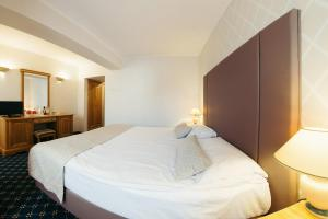 A bed or beds in a room at Best Western Bucovina Club de Munte