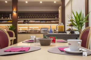 Hotel Cavour tesisinde bir restoran veya yemek mekanı