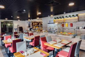 A restaurant or other place to eat at Maxima Panorama Hotel
