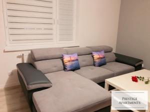 A seating area at Apartament by Golden Gate