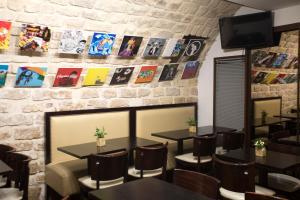 The lounge or bar area at Absolute Hotel Paris République