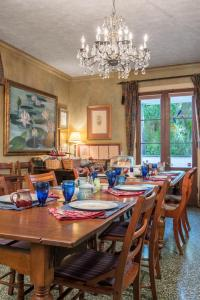 A restaurant or other place to eat at The Stockade Bed and Breakfast