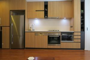 A kitchen or kitchenette at South Yarra Gem - 2bed, 2bath, Carpark, Wifi