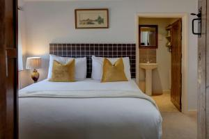 A bed or beds in a room at The Moonraker Hotel; BW Signature Collection
