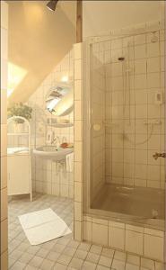 A bathroom at WeinBergHotel Nalbach