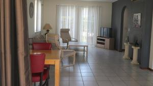 Uma área de estar em Holiday House Royal Palm Piscadera